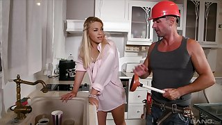 Factious blondie Selvaggia moans to the fullest extent a finally riding a handyman